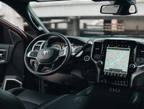 perangkat navigasi otomatis di mobil